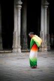 Donna indiana in balla di trasporto dei sari variopinti con le offerti per il rituale religioso al tempio di Meenakshi Fotografia Stock Libera da Diritti