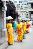 Donna indiana in balla di trasporto dei sari variopinti sulla testa alla via ammucchiata Fotografia Stock Libera da Diritti