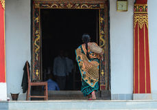 Donna indiana che viene al tempio del Bhutanese Fotografia Stock Libera da Diritti