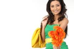 Donna indiana con i fiori della margherita Fotografia Stock