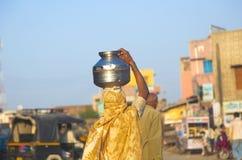 Donna indiana con la brocca Fotografia Stock Libera da Diritti