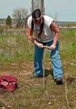 Donna indiana dell'nativo americano che scava Camas Immagini Stock Libere da Diritti
