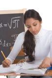 Donna indiana dello studente di college che studia l'esame di per la matematica Fotografia Stock