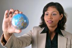 Donna indiana di affari con visione globale Fotografia Stock Libera da Diritti