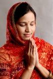 Donna indiana nella posizione di preghiera Fotografia Stock