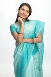 Donna indiana in sari con l'espressione di pensiero Fotografia Stock Libera da Diritti