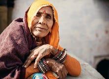 Donna indiana senior in vestiti tradizionali Fotografie Stock Libere da Diritti