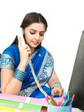 Donna indiana sul telefono Fotografia Stock Libera da Diritti