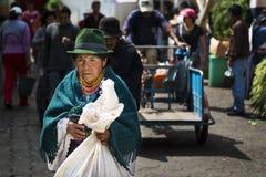 Donna indigena in un mercato la città di Otavalo nell'Ecuador Fotografia Stock Libera da Diritti