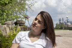 Donna indipendente nel parco della città fotografie stock