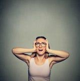 Donna infastidita, infelice, sollecitata che copre le sue orecchie, cercare Immagine Stock