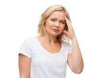 Donna infelice che soffre dall'emicrania immagine stock libera da diritti