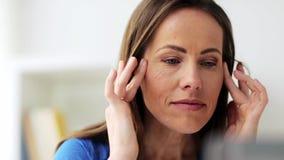 Donna infelice che soffre dall'emicrania archivi video