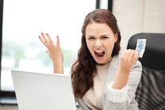 Donna infelice con il computer ed il denaro contante dell'euro Immagine Stock