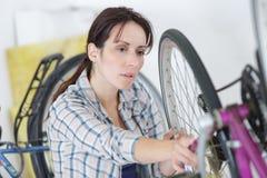Donna infelice con la bici di difetto immagini stock libere da diritti