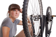 Donna infelice con la bici di difetto fotografia stock