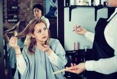 Donna infelice nel salone dei hairdress Fotografia Stock