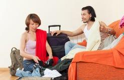 Donna insieme ai vestiti dell'imballaggio dei bagagli per la vacanza fotografia stock libera da diritti