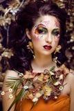 Donna intelligente di bellezza con arte del fronte e gioielli da Immagini Stock Libere da Diritti