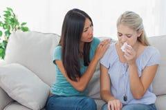 Donna interessata che conforta il suo amico gridante immagini stock libere da diritti