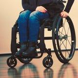 Donna invalida sulla sedia a rotelle immagine stock libera da diritti