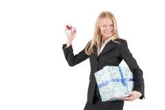 Donna invecchiata centrale con due pacchetti Immagine Stock