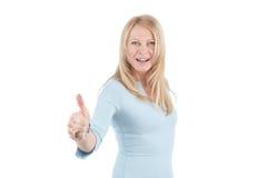 Donna invecchiata centrale con il pollice in su Fotografie Stock