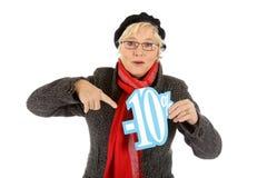 Donna invecchiata centrale, segno di sconto di dieci per cento Fotografia Stock