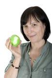 Donna invecchiata con la mela fresca Fotografie Stock