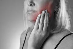 Donna invecchiata con mal di denti, primo piano di dolore di denti Fotografia Stock Libera da Diritti