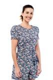 Donna invecchiata mezzo casuale che posa sopra il bianco fotografia stock libera da diritti