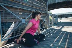 Donna invecchiata mezzo che fa allungando gli esercizi Immagini Stock Libere da Diritti