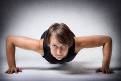 Donna invecchiata mezzo che fa spinta-UPS Immagini Stock