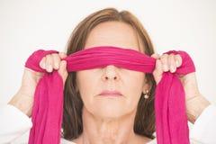 Donna invecchiata mezzo del ritratto bendata gli occhi Fotografie Stock