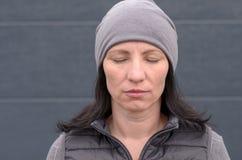 Donna invecchiata mezzo privo di emozioni calmo immagini stock libere da diritti