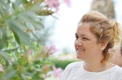 Donna invecchiata mezzo sorridente del ritratto Immagini Stock