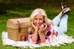 Donna invecchiata mezzo sul picnic Fotografie Stock Libere da Diritti