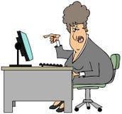 Donna irata che si siede ad uno scrittorio Fotografia Stock