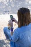 Donna irriconoscibile che per mezzo del telefono cellulare Immagini Stock Libere da Diritti