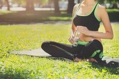 Donna irriconoscibile dopo addestramento di yoga Fotografia Stock Libera da Diritti