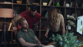 Donna irritata di affari che giura ai colleghi in ufficio Sporgenza arrabbiata stock footage