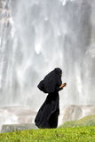 Donna islamica che per mezzo di uno smartphone Immagini Stock