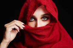 Donna islamica di stile di modo nel rosso immagine stock libera da diritti