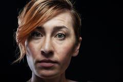 Donna isolata su fondo nero Fotografie Stock Libere da Diritti