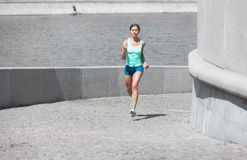 Donna ispana che corre in salita Immagine Stock Libera da Diritti