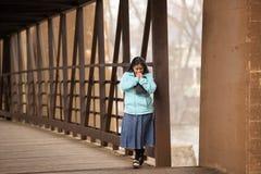 Donna ispana che prega e che tiene bibbia su un ponte fotografia stock libera da diritti