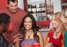 Donna ispana con gli amici Fotografie Stock