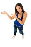 Donna ispana nella cima casuale e jeans che sorridono prodotto di presentazione felice e allegro Immagini Stock Libere da Diritti
