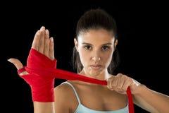 Donna ispanica attraente di forma fisica che fa gli involucri della mano di auto prima dell'inscatolamento o del combattimento de Immagini Stock