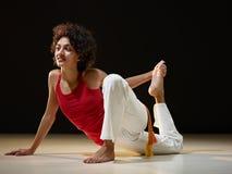 Donna ispanica che fa allungamento e yoga Immagini Stock